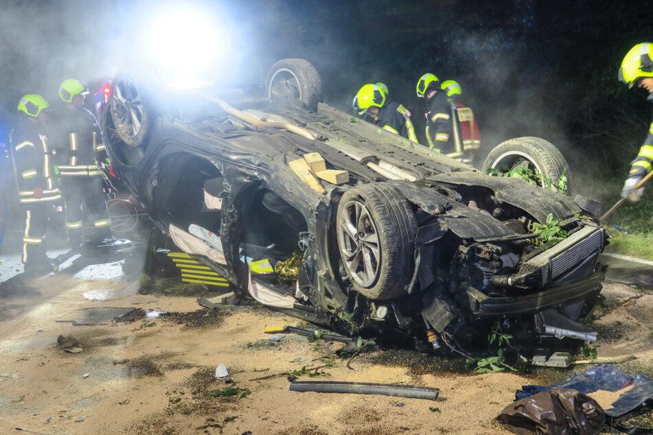 Der Opelfahrer kam von der Fahrbahn ab, fuhr in eine Böschung und krachte in einen gefällten Baum. Nach einem anschließenden Überschlag blieb er auf dem Dach liegen.