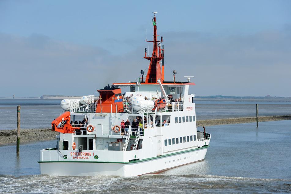 """Das Seebäderschiff """"Spiekeroog I"""" verlässt mit Touristen an Bord den Hafen."""