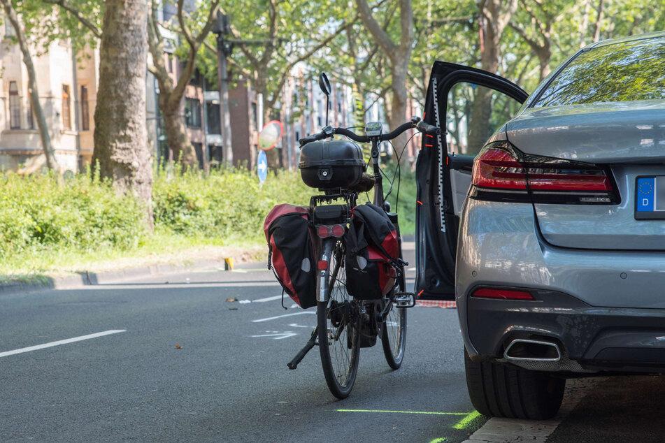 Die 81-jährige Pedelec-Fahrerin war am Freitagmorgen von der Fahrertür des geparkten BMWs eines 71-Jährigen getroffen worden. Sie kam lebensgefährlich verletzt in eine Klinik.