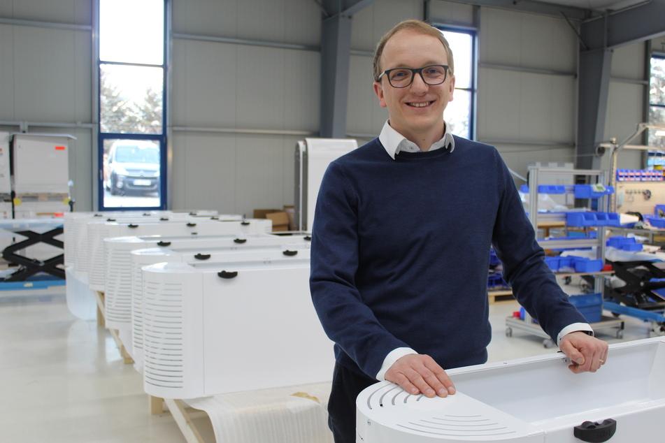 ULT-Vorstand Alexander Jakschik (34) in der Produktion der Raumluftreiniger gegen Corona-Viren.