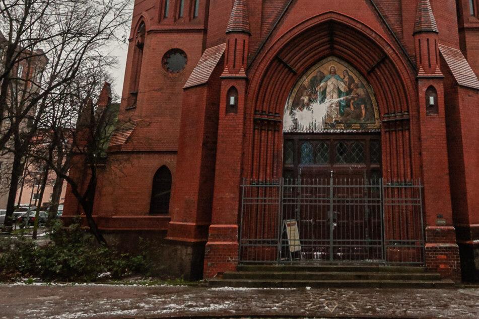 Anschlag auf die St.-Lukas-Kirche in Leipzig: Das große Jesus-Bild über dem Eingangsportal ist besudelt, das Fenster darunter mit einem Stein eingeworfen.