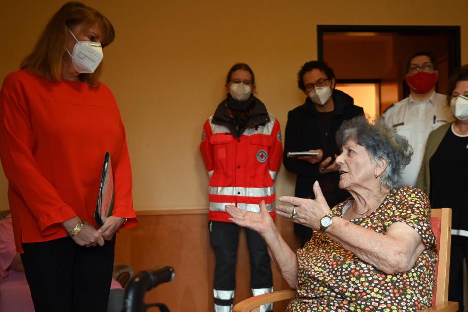 Die Allererste: Hanna Hertzsch (85) aus Zwickau erhielt am Sonntag die erste Corona-Impfung in Sachsen (links: Gesundheitsministerin Köpping).