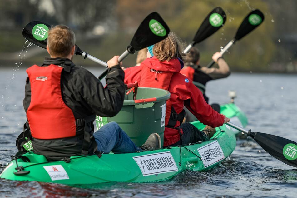 Nachdem die Bootsverleihe wieder öffnen dürfen, stehen auch die grünen Plastikpaddelboote der dänischen Umweltinitiative wieder kostenlos an sechs Verleihstationen an Alster, Bille und Gose-Elbe bereit. (Archivbild)