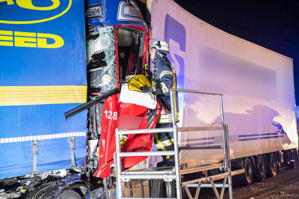 Der Lkw-Fahrer war bei dem schweren Unfall auf der A4 bei Düren massiv in seinem Fahrerhaus eingeklemmt worden.