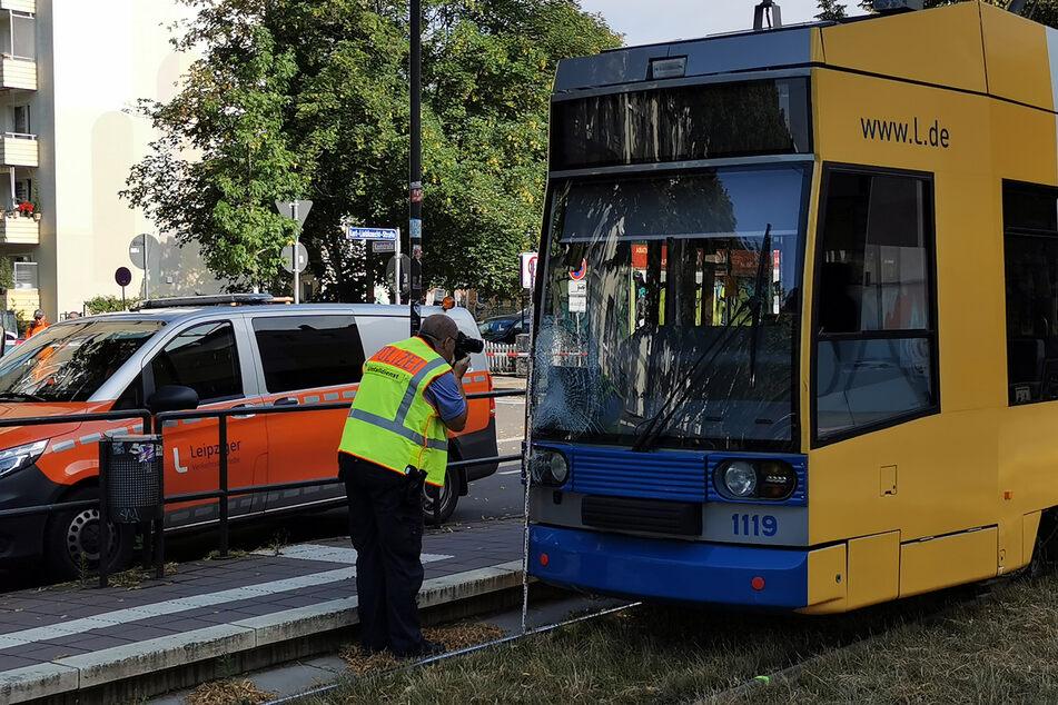 Auf der Karl-Liebknecht-Straße nimmt die Polizei den Unfall auf, bei dem eine 14-Jährige schwer verletzt worden ist.