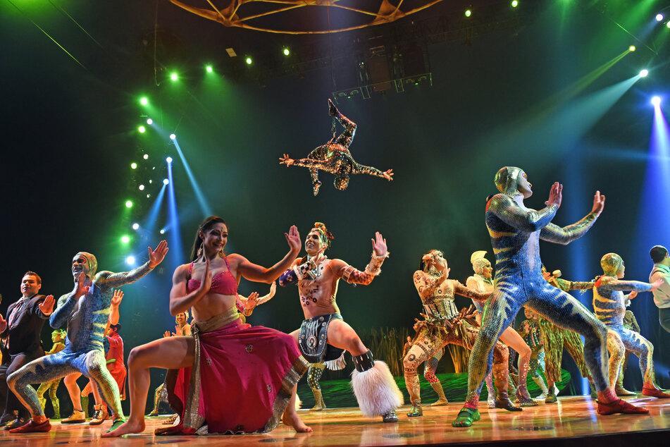 """Die Artisten stehen nach der Preview der Show """"Totem"""" des Cirque du Soleil auf der Bühne in München."""