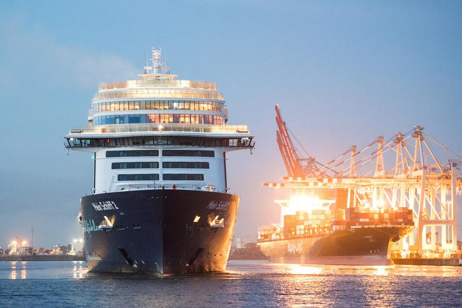 """Das Tui-Kreuzfahrtschiff """"Mein Schiff 2"""" läuft am Morgen nach einem knapp dreitägigen Kurztrip in den Hafen auf der Elbe ein."""