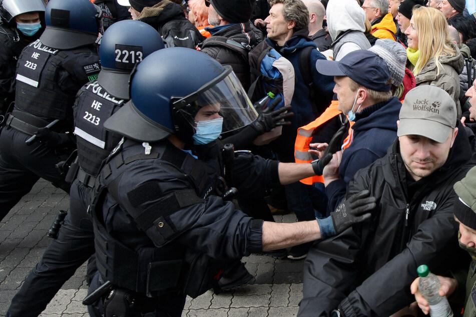 Bei den Querdenker-Protesten am 20. März in Kassel kam es zu massiven Ausschreitungen.