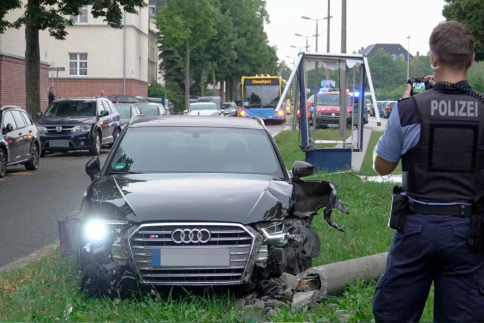 Werbetafel und Lichtmast bei Unfall in Chemnitz zerstört