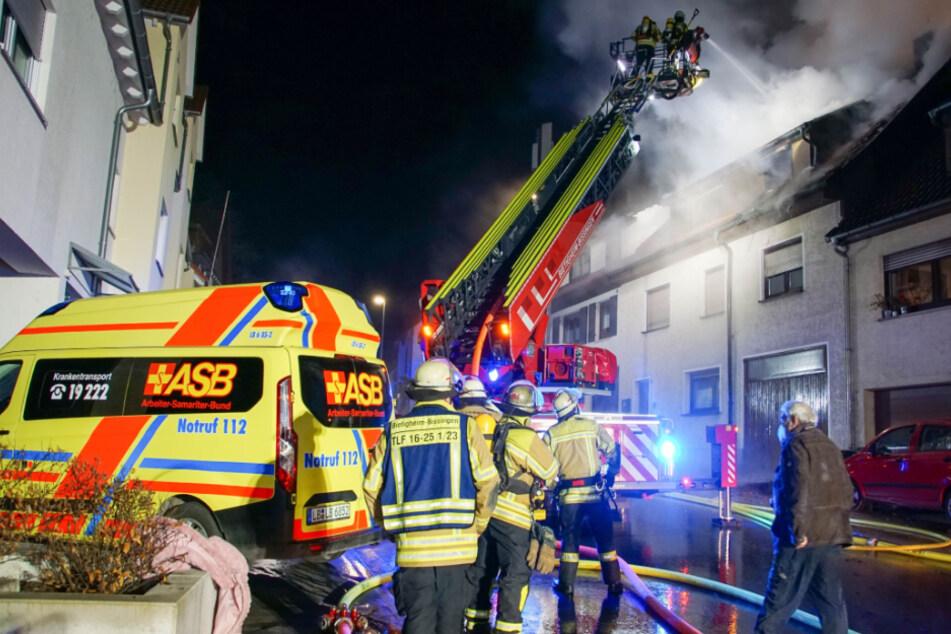 Dachstuhl geht in Flammen auf: Zwei Menschen werden verletzt