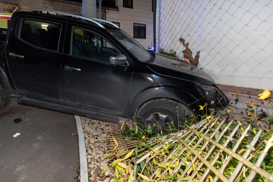 """""""Meine Frau sagte, das Haus hätte gewackelt"""": Pickup kracht durch Gartenzaun in Wand"""