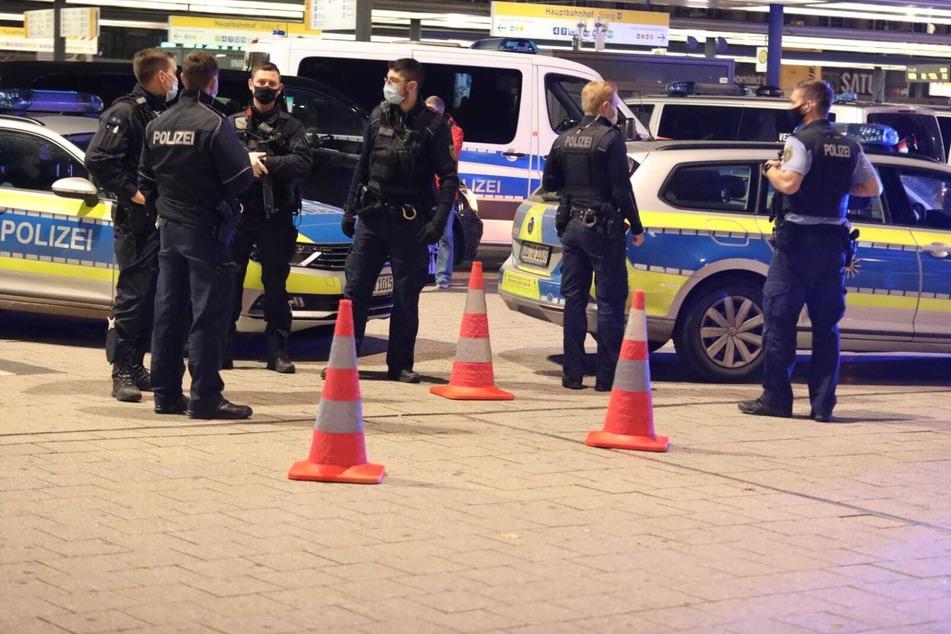 Die Polizei ist mit einem Großaufgebot am Leipziger Hauptbahnhof.