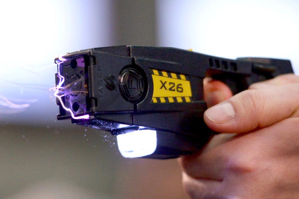 Elektroschocks für Kriminelle: Polizei will in Bayern verstärkt Taser einsetzen