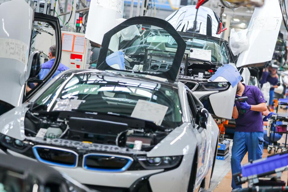 Mitarbeiter im BMW-Werk Leipzig arbeiten in der Montage des i8. Der bayerische Autobauer will trotzdem auch an Verbrennern festhalten.