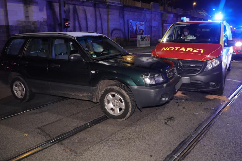 Notarztwagen mit Blaulicht stößt auf Antonstraße mit Subaru zusammen