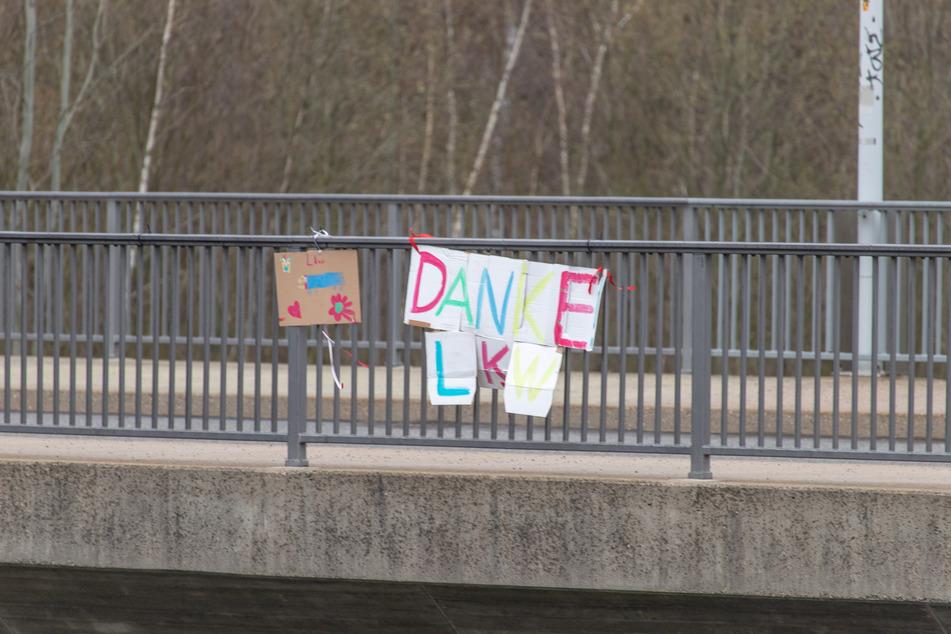 Bunte Papp-Schilder an Autobahnbrücke in Chemnitz sagen DANKE