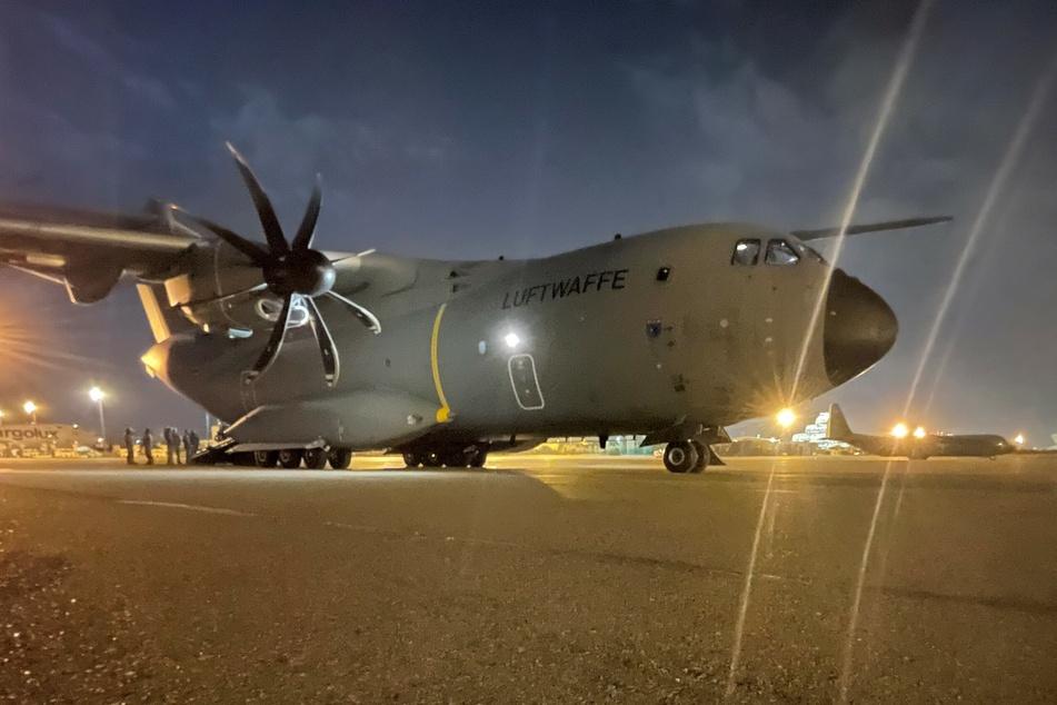 Ein militärisches Transportflugzeug, ein Airbus A400M der deutschen Luftwaffe, auf dem Flughafen von Taschkent: Die Bundeswehr hat weitere deutsche Staatsbürger und afghanische Ortskräfte aus Kabul evakuiert.