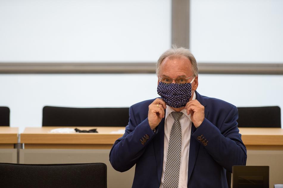 Reiner Haseloff (CDU), Ministerpräsident des Landes Sachsen-Anhalt sitzt mit Mund-Nasen-Schutz an der Regierungsbank.