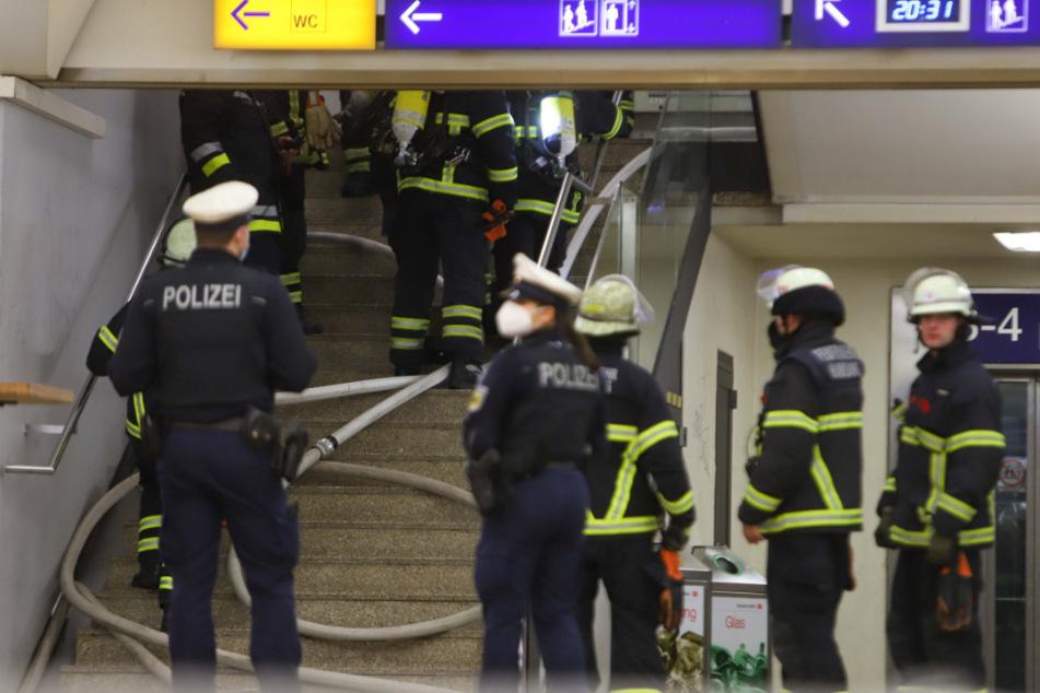 Einsatzkräfte sind am Bahnhof Dammtor im Einsatz.