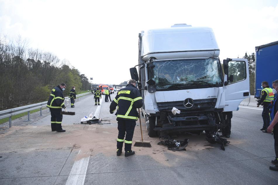 Unfall A5: Zwei Lastwagen krachen zusammen: Rettungsheli landet, A5 gesperrt