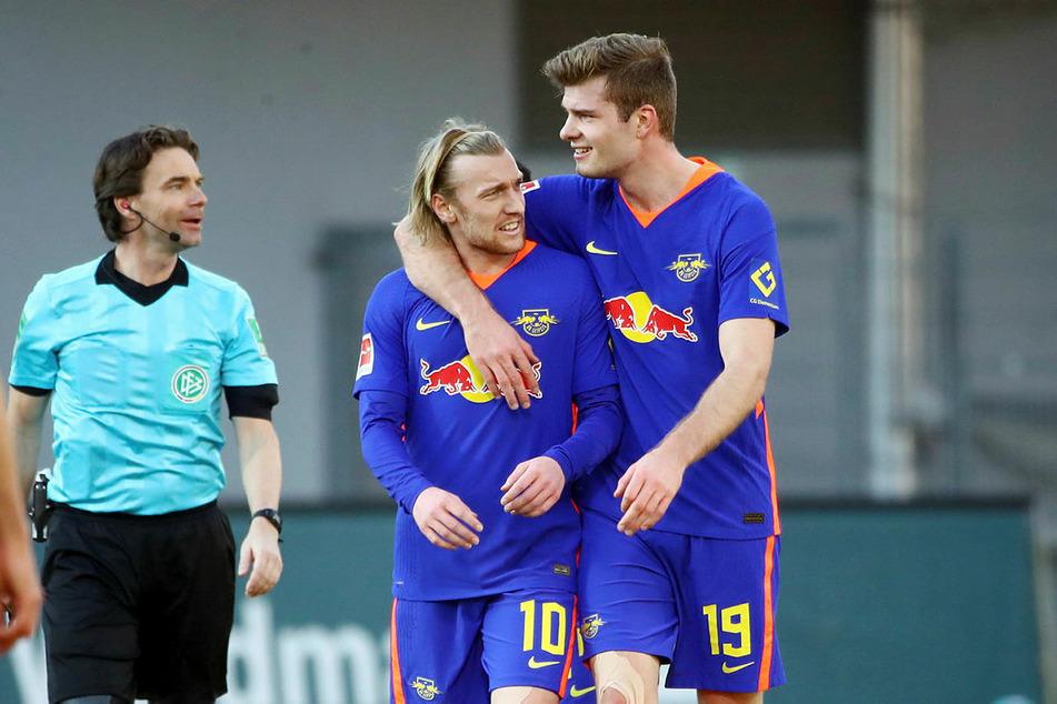 Emil Forsberg (29, M.) und Alexander Sörloth (24, r.) erzielten zwei der drei Leipziger Tore in Freiburg.