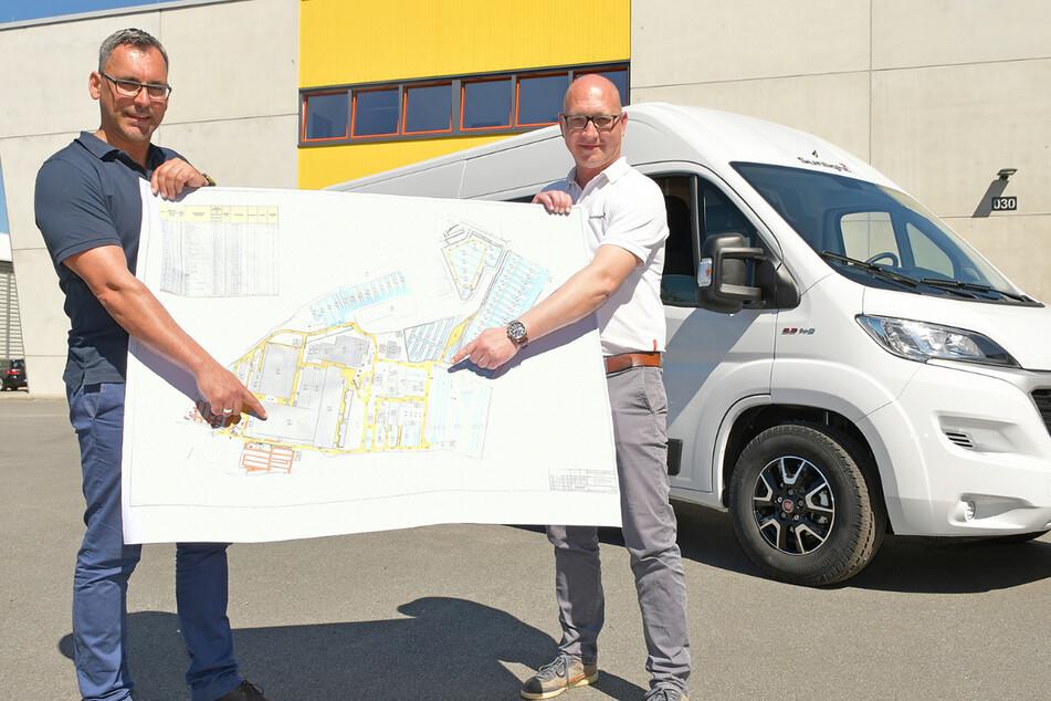 Geschäftsführer Daniel Rogalski (45, l.) und Projektleiter André Söhnel (39) mit dem Erweiterungsplan.