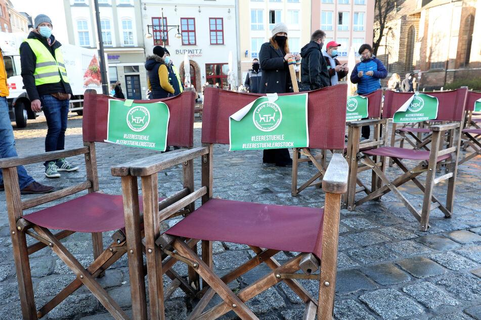 """Nach einem Autocorso durch die Stadt haben sich die Teilnehmer der Aktion """"Leere Stühle"""" auf dem Neuen Markt eingefunden, wo leere Stühle stehen."""