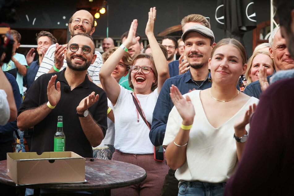 """Die Grünen feierten in der """"Groove Station"""" Dresden mit ihren Direktkandidaten Kassem Taher Saleh (28, l.) und Merle Spellerberg (24, r.)."""