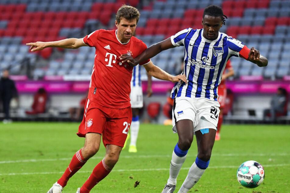 Bayerns Thomas Müller (31, l.) und Herthas Dedryck Boyata (30) kämpfen um den Ball.