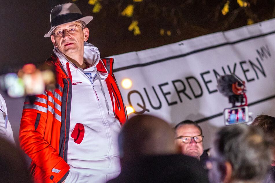 Bodo Schiffmann, Arzt und Aktivist der Querdenken-Bewegung, spricht bei einer Demonstration gegen die Corona-Beschränkungen.