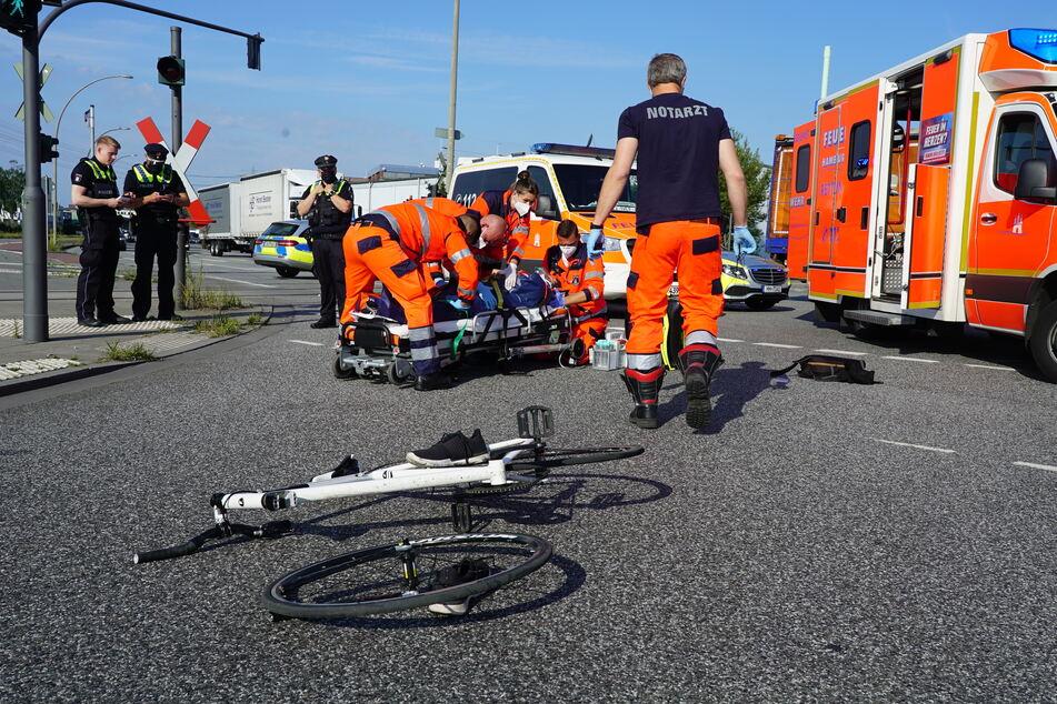 Crash beim Abbiegen: Schwerer Fahrrad-Unfall in Hamburg