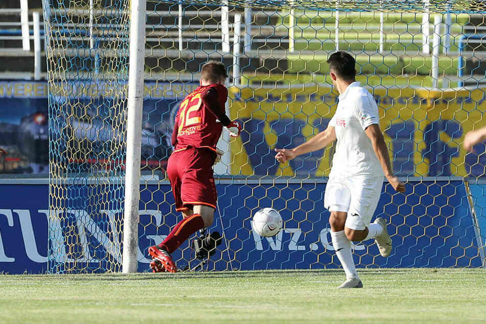 Fabian Guderitz flutschte der harmlose Ball durch die Hände zum 2:2-Endstand.