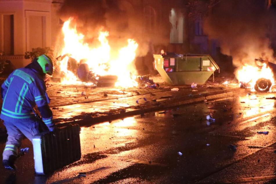 Horror-Unfall in Treptow: Auto wird in zwei Teile zerrissen und geht in Flammen auf!