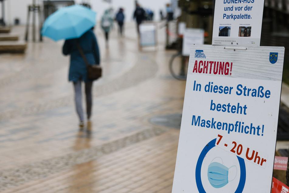 Ein Schild mit dem Hinweis auf Maskenpflicht ist an einer Laterne befestigt. Seit dem 1. Mai ist auch Nordfriesland touristische Modellregion in der Corona-Pandemie.