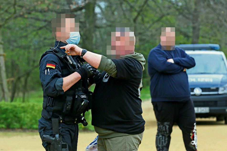 Demoverbot in Zwickau: Die Polizei musste wenige Gruppen auflösen, schrieb 30 Anzeigen.