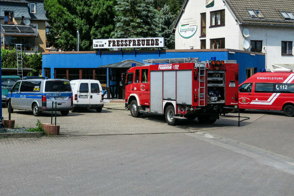 Brand neben Tankstelle im Erzgebirge: Hecke in Flammen!