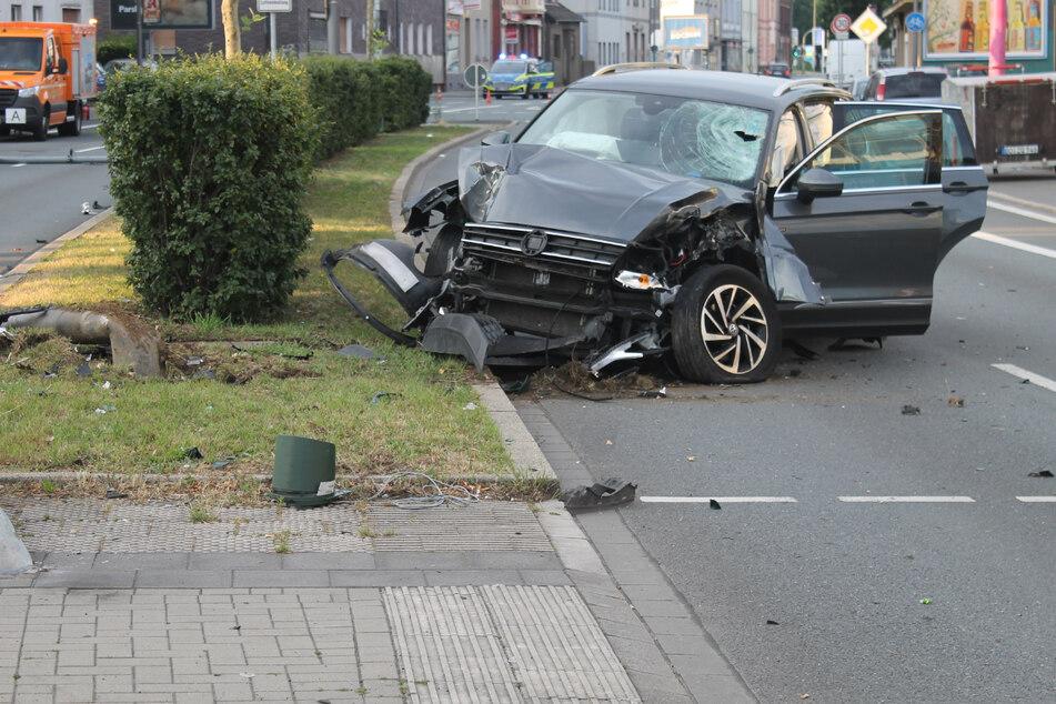 Es entstand insgesamt ein Sachschaden von rund 14.000 Euro. Der Volkswagen wurde sichergestellt.