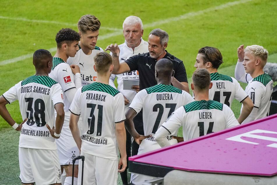 Vor der Einwechslung: Gladbach-Cheftrainer Adi Hütter (51, schwarzes Shirt) gibt den Nachwuchsspielern taktische Anweisungen.