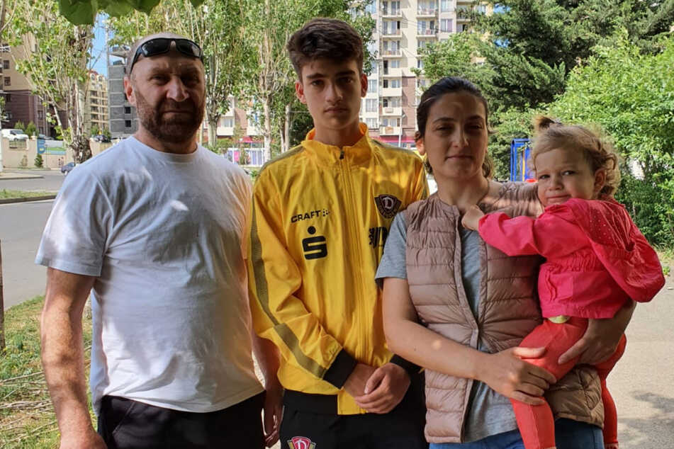 Aus Radebeul abgeschoben und verzweifelt: Fußballer Gigi (14, 2.v.l.) im Dynamo-Trikot und seine Familie am Freitagnachmittag im georgischen Tiflis.
