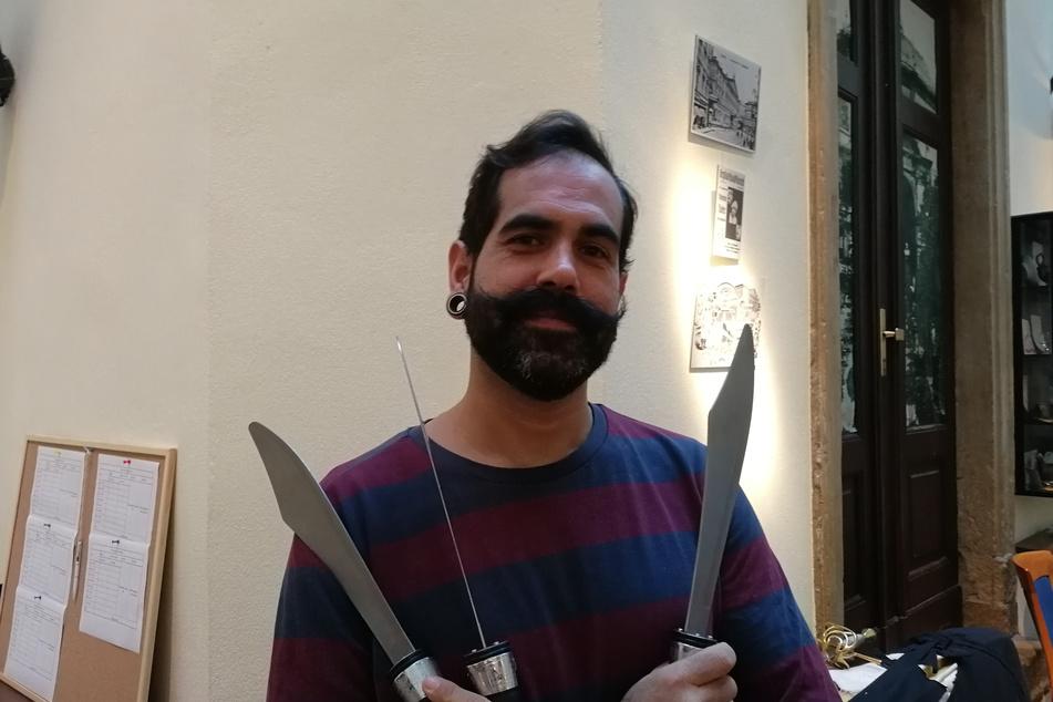 Corona-Aus: Artist Mica (36) aus Portugal hält traurig die Jongliermesser in der Hand. Das deutsche Wetter macht ihm zusätzlich zu schaffen.