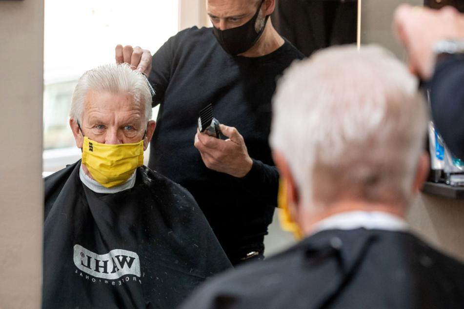 Ministerpräsident Kretschmann beim Friseur.