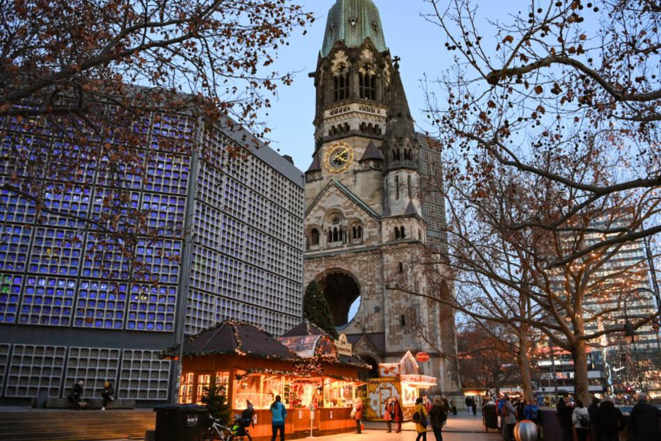 Nur wenige Weihnachtsbuden sind wegen der Corona-Pandemie in diesem Jahr anstelle eines Weihnachtsmarktes auf dem Breitscheidplatz an der Gedächtniskirche aufgebaut.