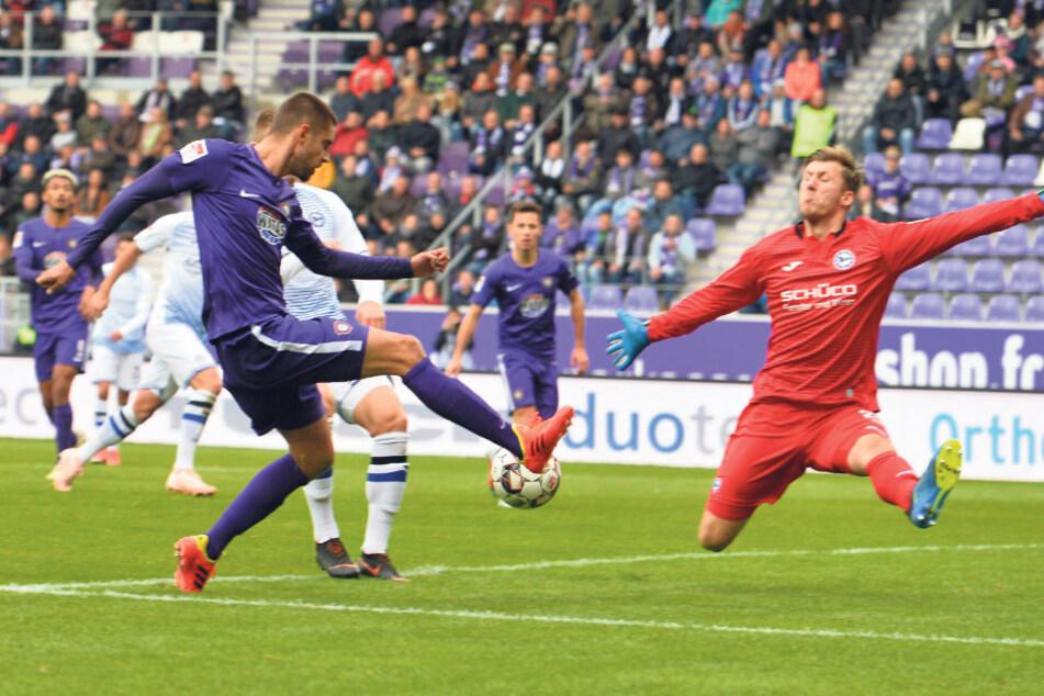 Philipp Klewin macht sich vor Dimitrij Nazarov ganz breit. Klewin feierte im Oktober 2018 ausgerechnet gegen Aue sein Zweitliga-Debüt im Bielefelder Tor.
