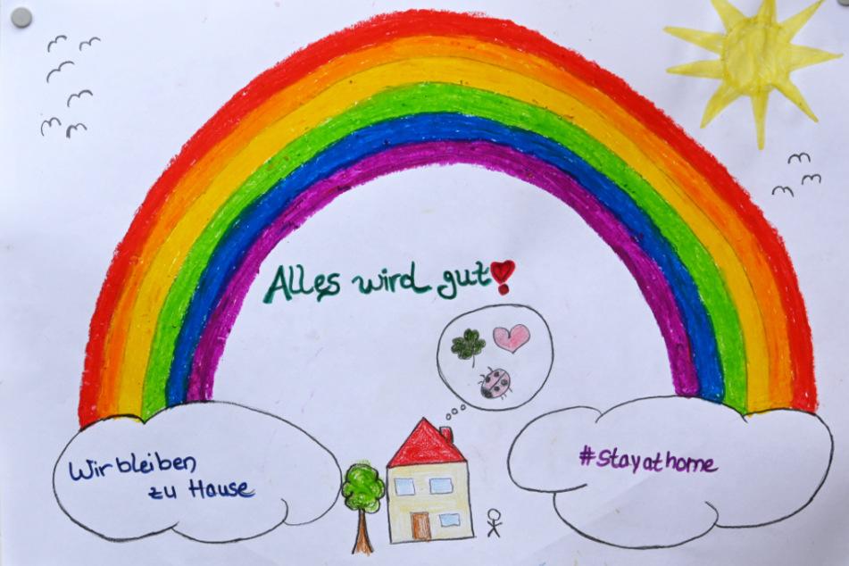 """Das Foto entstand am gestrigen Sonntag in Kassel: Ein von Kindern gemaltes Regenbogenbild an einer Wohnungstür ruft dazu, zu Hause zu bleiben und ermuntert mit dem Zuspruch """"Alles wird gut""""."""