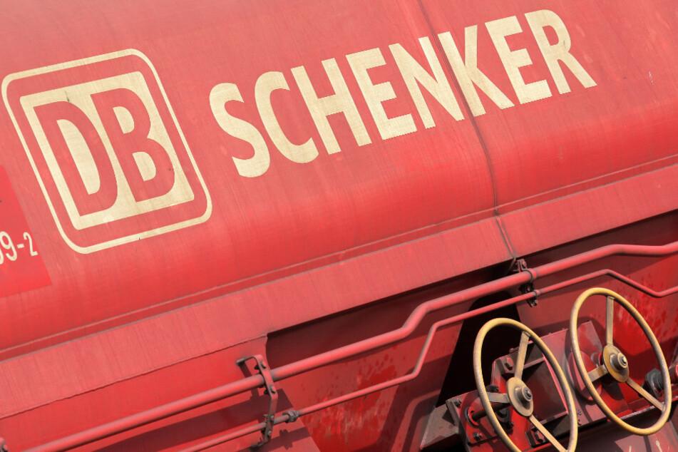 Ein Güterwaggon mit dem Logo der Deutschen Bahn-Tochter DB Schenker.