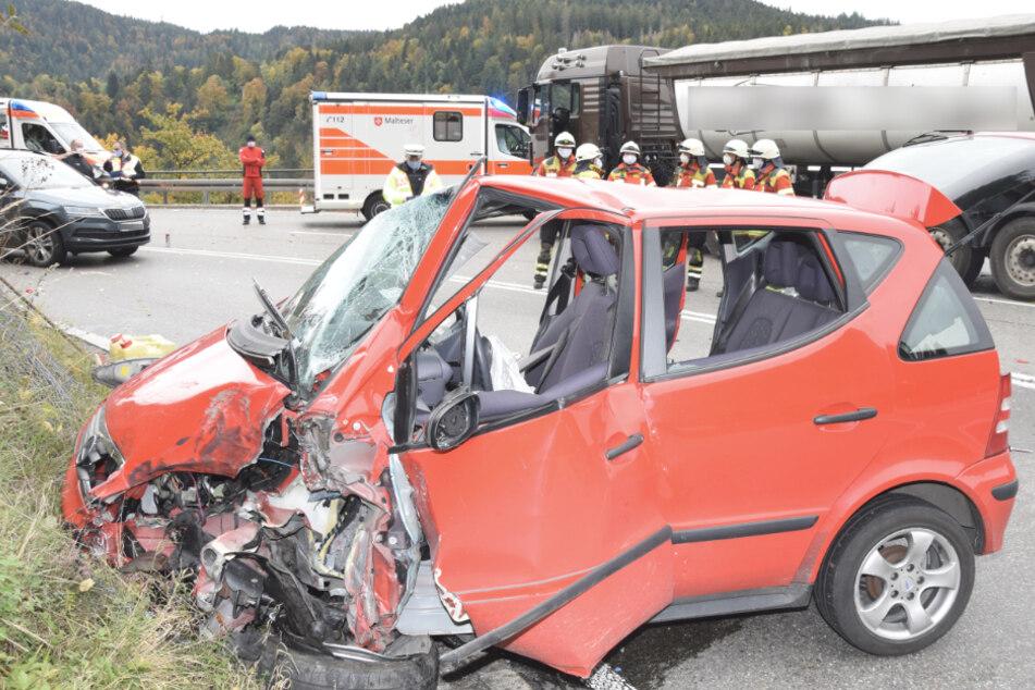 Auto kracht frontal in Lastwagen: Fünf Verletzte