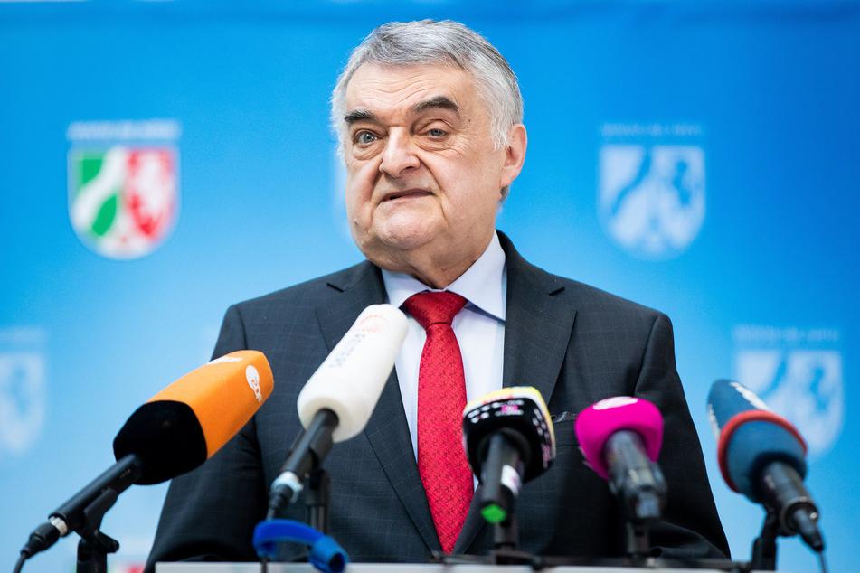 Corona in NRW: NRW-Innenminister Reul hält Geisterspiele für vertretbar