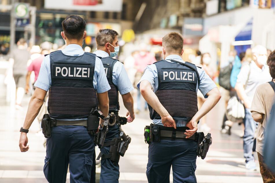 Bundespolizisten beobachten das Geschehen im Frankfurter Hauptbahnhof. (Symbolbild)