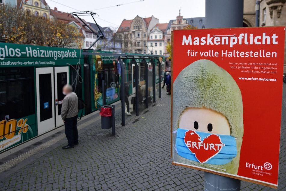 """""""Maskenpflicht für volle Haltestellen"""" steht auf einem Plakat der Stadt Erfurt, auf dem auch eine Puffbohne, das Maskottchen der Stadt, zu sehen ist. (Symbolbild)"""