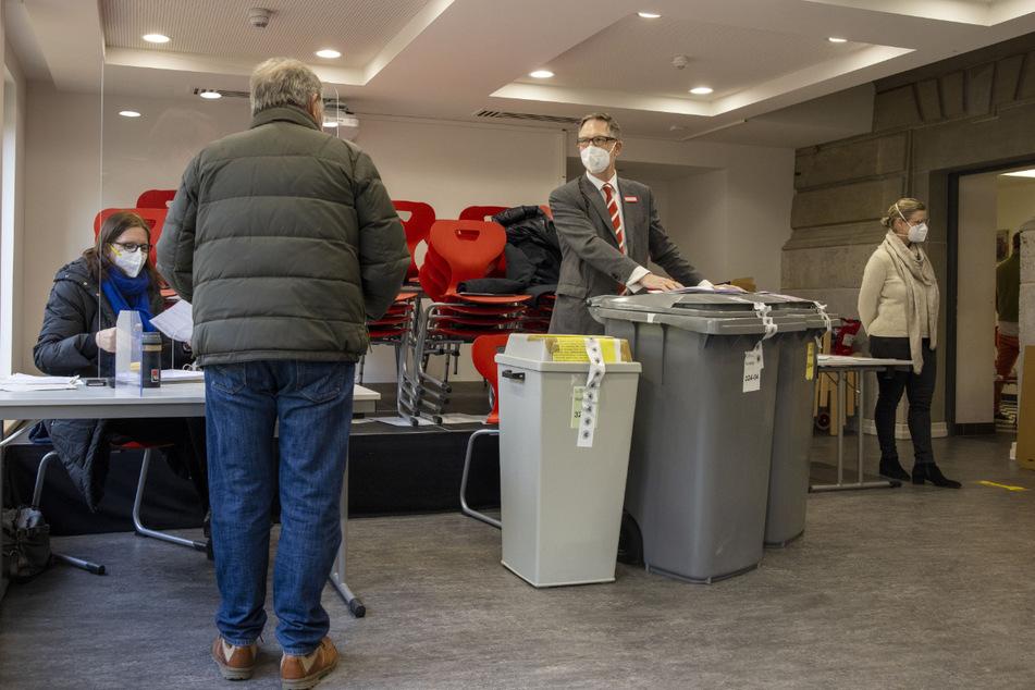 Nur einzeln dürfen die Bürger den Wahlraum im Wahllokal in der Textorschule zur zur Stimmabgabe betreten, die Wahl findet unter Beobachtung einer Hygienebeauftragten (r) statt.